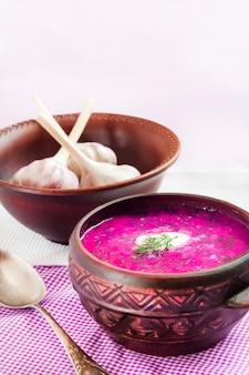 Holodnik-伝統的なリトアニア語(ロシア語、ウクライナ語、ベラルーシ語、ポーランド語)冷たいビートスープ