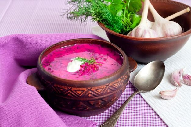Holodnik、伝統的なリトアニアの冷たいビーツのスープ