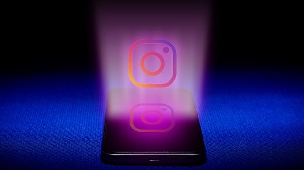 Instagram 로고의 홀로그램. 파란색 배경에 홀로그램 인스 타 그램 로고 이미지입니다.