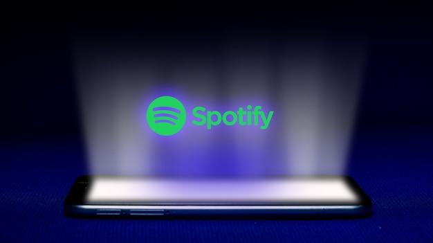 Spotifyロゴのホログラム。ホログラムは青い背景のロゴ画像をspotifyします。