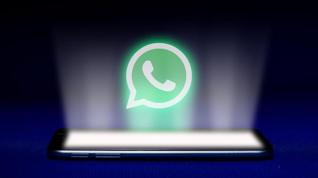 Whatsapp 로고의 홀로그램. 파란색 배경에 홀로그램 whatsapp 로고 이미지.