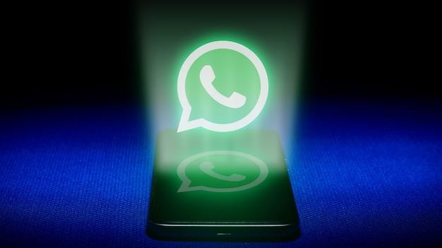 Whatsappロゴのホログラム。青い背景のホログラムwhatsappロゴ画像。