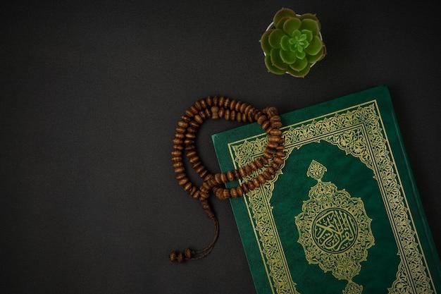 Священный аль-коран с письменной арабской каллиграфией значение аль-коран Premium Фотографии
