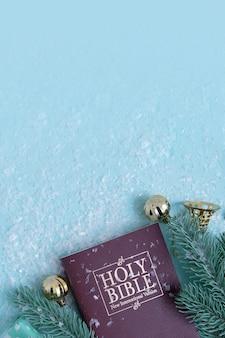 눈이 있는 성경과 크리스마스 장식. 기독교 겨울 배경 복사 공간