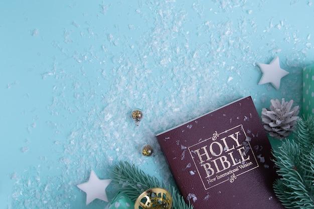 눈이 있는 성경과 크리스마스 장식. 기독교 겨울 배경