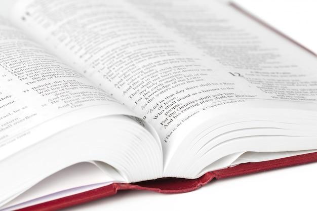 聖書の本、白で隔離
