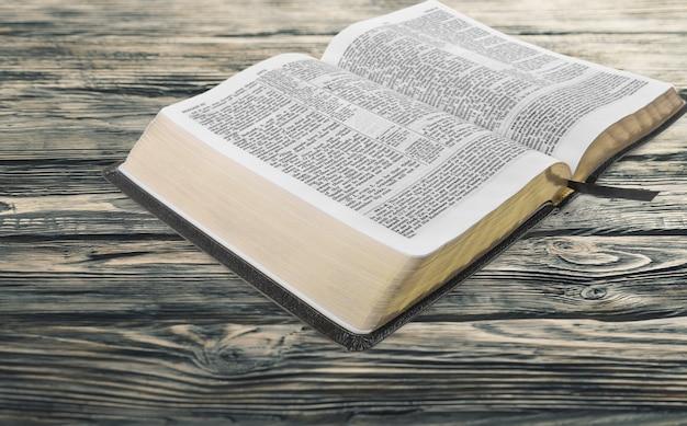 木製の背景に聖書の本
