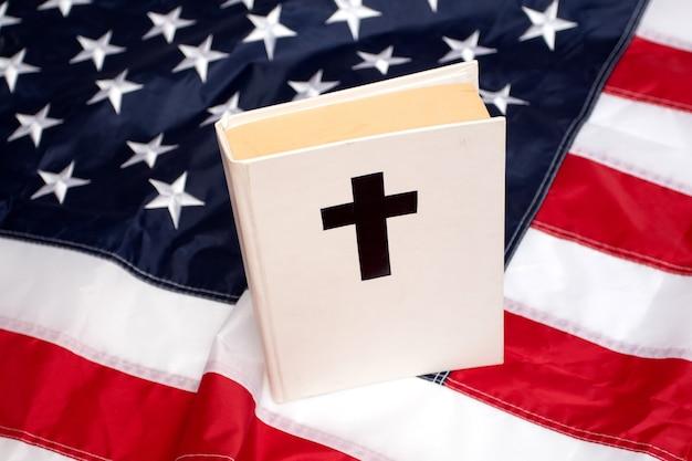 미국 국기에 십자가가 있는 성경 책.