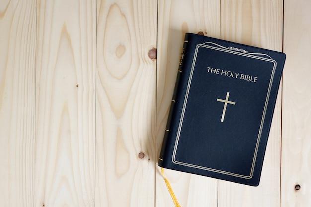 나무 테이블에 성경