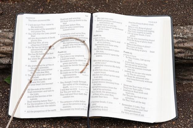 시편 23편에 강조 표시된 작은 지팡이가 있는 성경