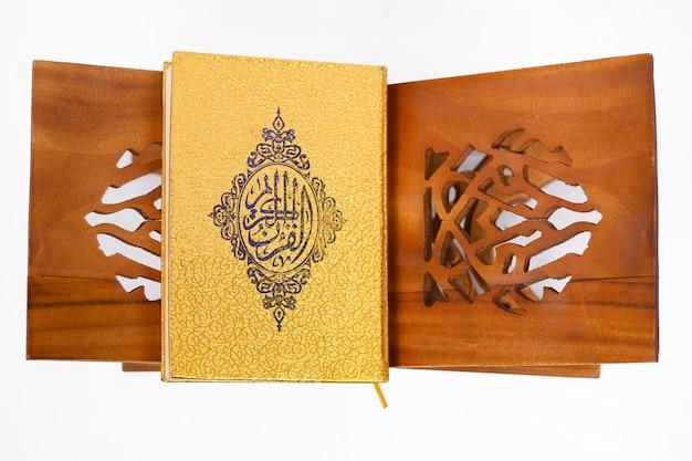 거룩한 책 꾸란 흰색 배경에 고립
