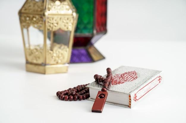 聖クルアーンとアラビア語のランタンの背景