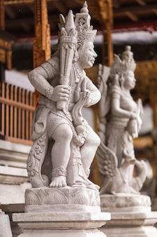 インドネシアのバリで最も重要な寺院の1つであるタンパックの寺院プラティルタエンプルの聖なる湧き水
