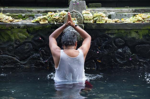Святая вода в храме бали