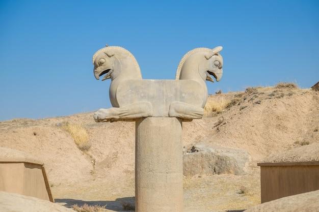 Homaまたはhuma鳥のアンティーク彫刻ペルセポリスのグリフィンのような柱頭像。