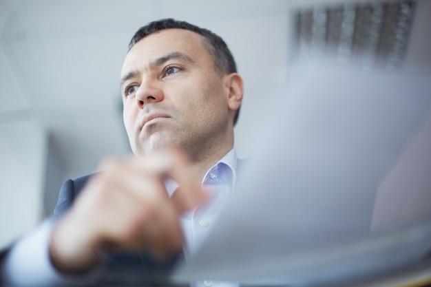 Hombre де negocios concentrado ан ла oficina