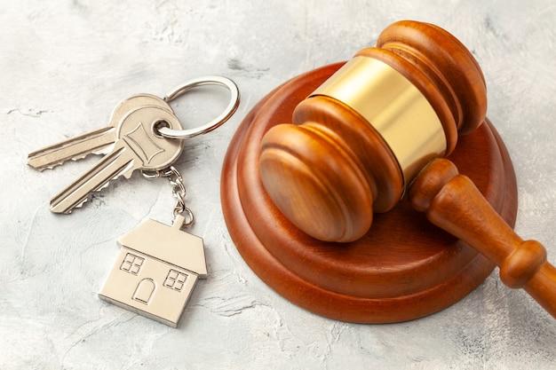 이혼 후 집. 속성 섹션. 판사 망치와 집 열쇠입니다. 경매를 통해 집을 사거나 파는 것.