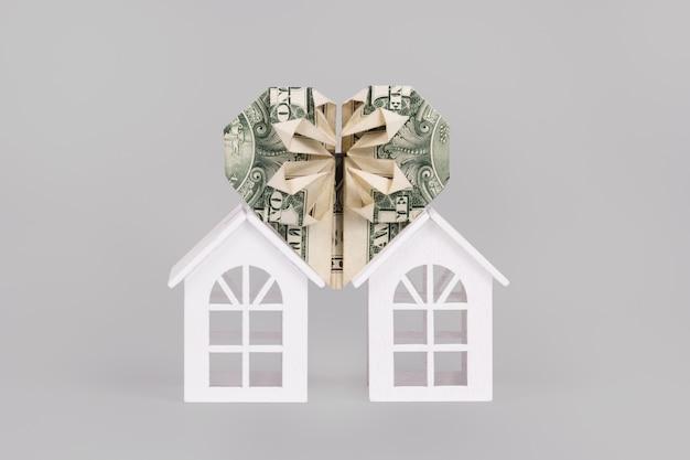 白い背景の上の家と愛のシンボル