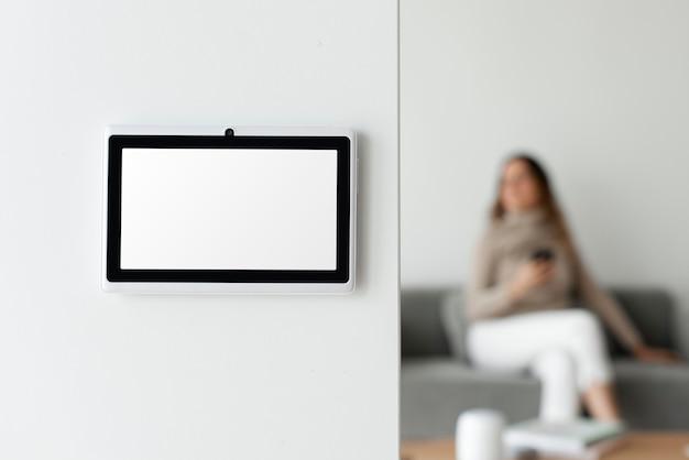壁のホームオートメーションパネルモニター