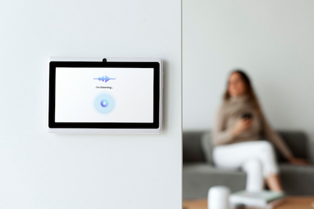 벽에 홈 오토메이션 패널 모니터