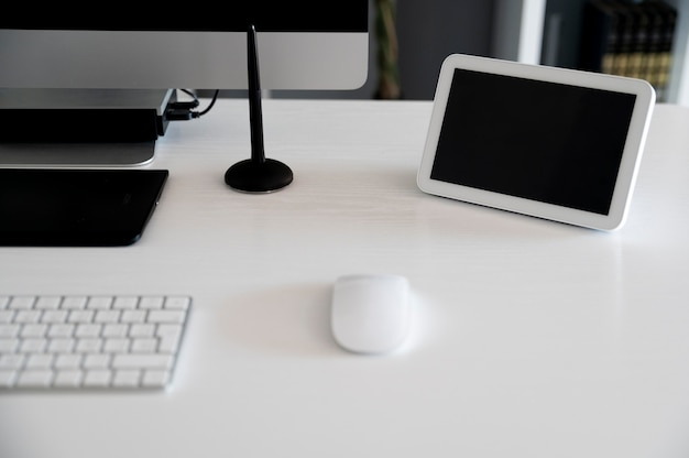 机の上にアイテムを置いたホームオートメーション