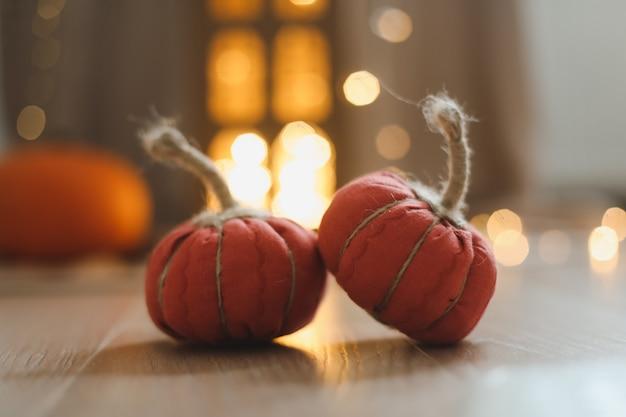 Осенний декор дома с уютными тканевыми тыквами на день благодарения и хэллоуин