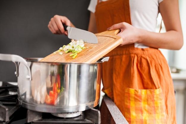 家庭の美しい台所の料理の料理