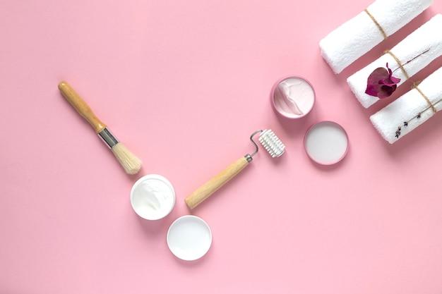ホームビューティーの必需品とセルフケアのホームスパ。ピンクの背景。コピースペース。