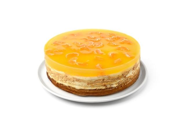 白い背景に分離されたみかんとホームケーキ