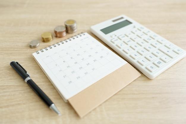 家庭用電卓、ペン。不動産住宅ローンへの投資