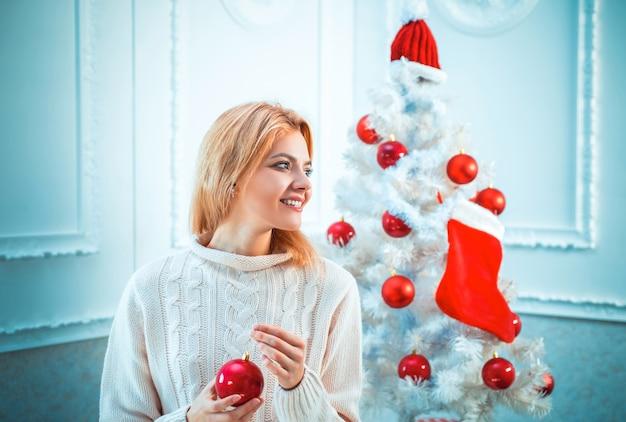 홈 크리스마스 분위기. 크리스마스 젊은 여자. 겨울 방학 및 사람들 개념. 크리스마스
