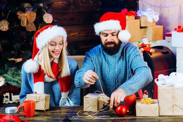 홈 크리스마스 분위기. 새해 개념. 집에서 크리스마스 트리입니다. 가족 행복 개념. 명랑한