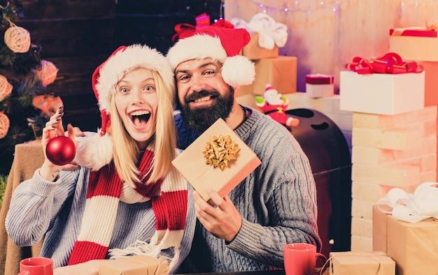 홈 크리스마스 분위기. 긍정적 인 인간의 감정 표정. 크리스마스를위한 감각적 인 커플