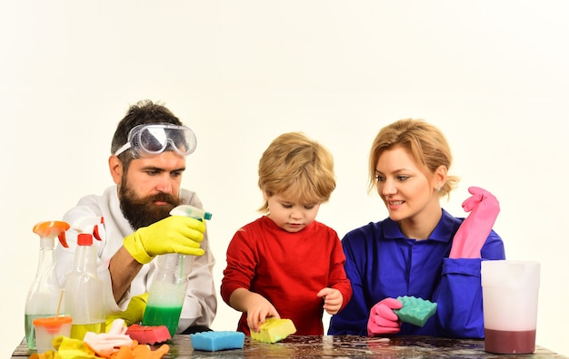 家の掃除掃除の日家族は掃除道具で遊んで一緒に掃除します掃除スプレー