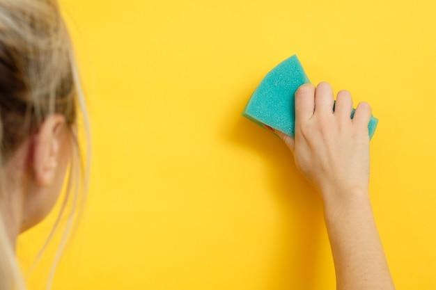 家の掃除。安全で超きれい。架空のスポットを拭く女性