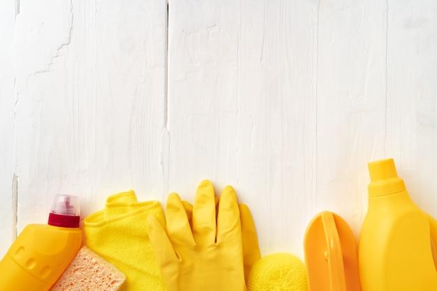 흰색 나무 배경 평면도에 집 청소 용품