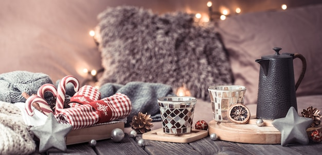 Домашний уют, детали праздничного интерьера на деревянном столе