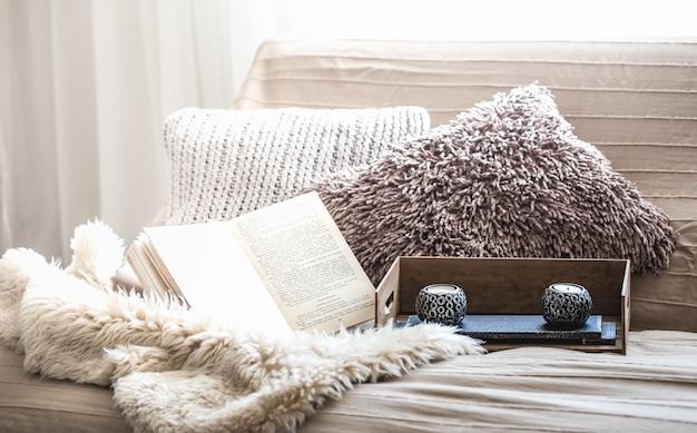 家の快適さ、ソファと家の装飾のあるリビングルーム