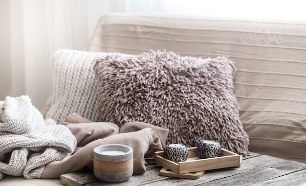 Домашний уют, гостиная с диваном и домашний декор