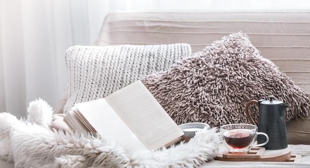 Домашний уют, гостиная с диваном и деталями интерьера, домашняя атмосфера и концепция комфорта