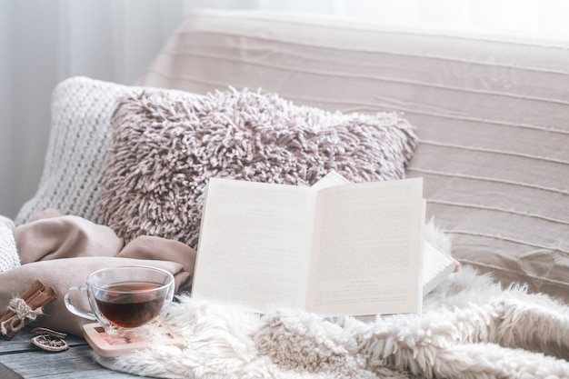 家の快適さ、ソファとインテリアの詳細を備えたリビングルーム、家庭的な雰囲気と快適さのコンセプト