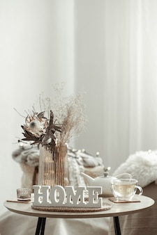 Composizione domestica con dettagli decorativi di casa, tè e decorazioni.