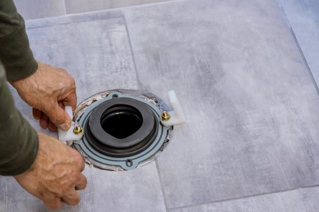 浴槽に新しい白いトイレを備えた住宅建設配管工の改修浴室の家