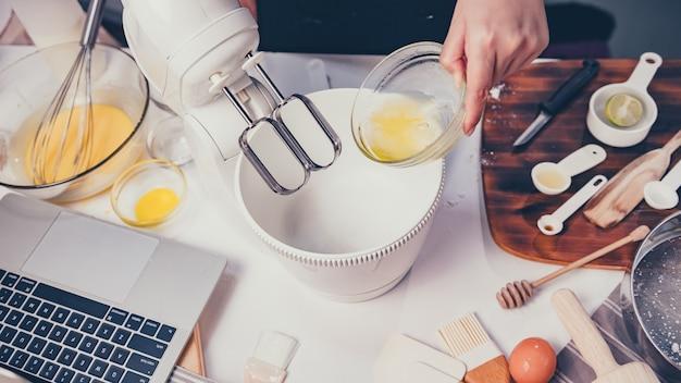 Домашняя кулинария путем онлайн обучения процессу приготовления домашнего сладкого десерта. оставайтесь дома и концепции социальных связей. новая норма и жизнь после covid-19.