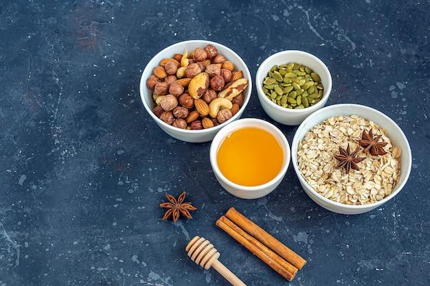 Домашняя кухня здоровая вегетарианская закуска мюсли, мюсли