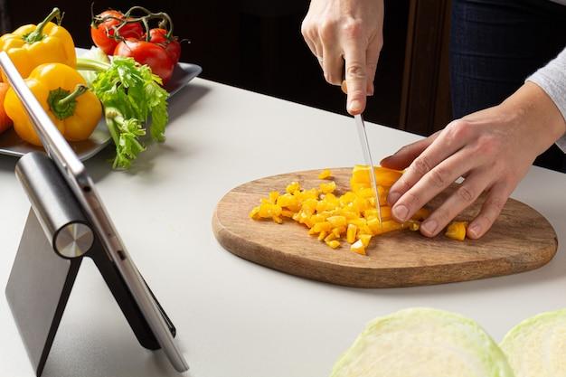 家庭料理スープ持続可能な消費カッティングペッパー。オンライン料理教室