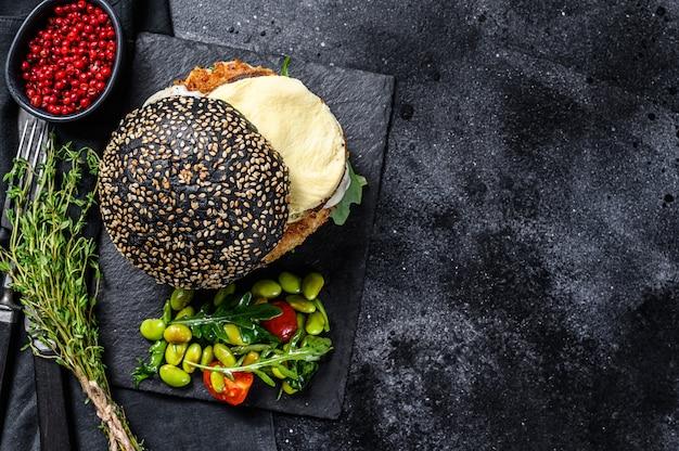 自家製パン、黒パン、スクランブルエッグ、ルッコラ。