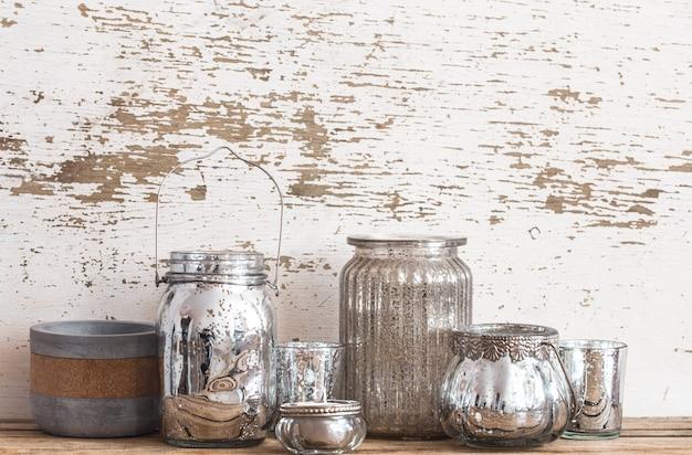 室内装飾。木製の壁に異なる花瓶