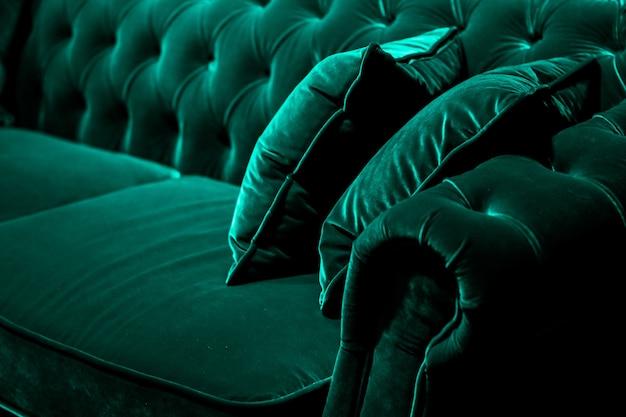家の装飾のインテリアデザインと豪華な家具の背景のソファと枕の詳細