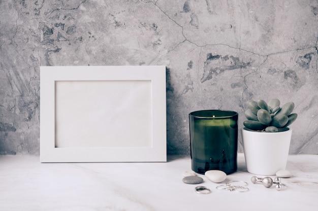 Домашний декор белая пустая рамка и суккулент на стене